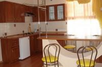 Продается 2 -комнатная квартира на набережной (сталинка). Второй этаж трехэтажно 61383