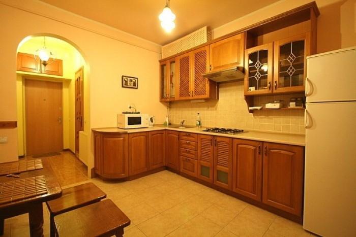 Квартира находится в исторической части города(Площа Рынок), в 5минутах ходьбы о 61720