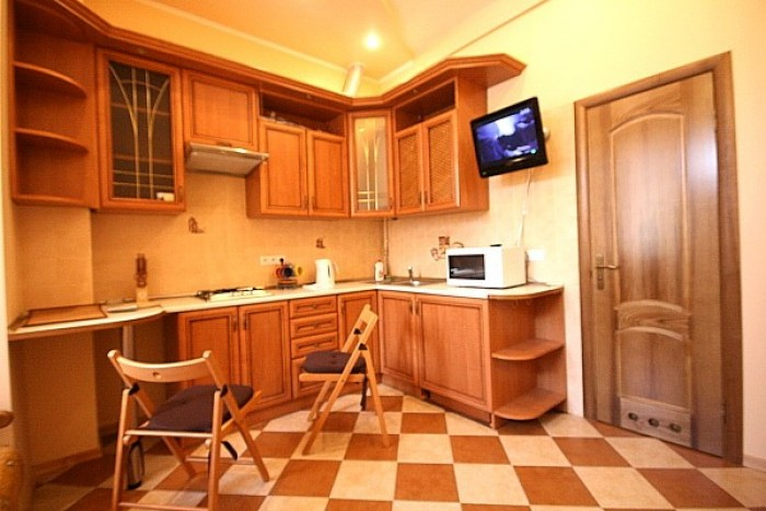 Квартира находится в исторической части города (рядом с Площадью Ринок) по ул.Ле 61721