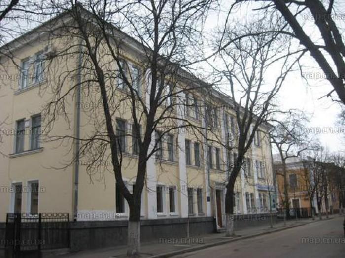 Здание находится в центральной части города по ул. Мстиславской, 9,  граничит с  641378
