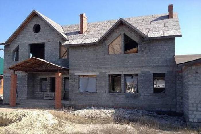 Продам в Диевке двухэтажный шлакоблочный дом - коробка с крышей. Цокольный этаж  621656