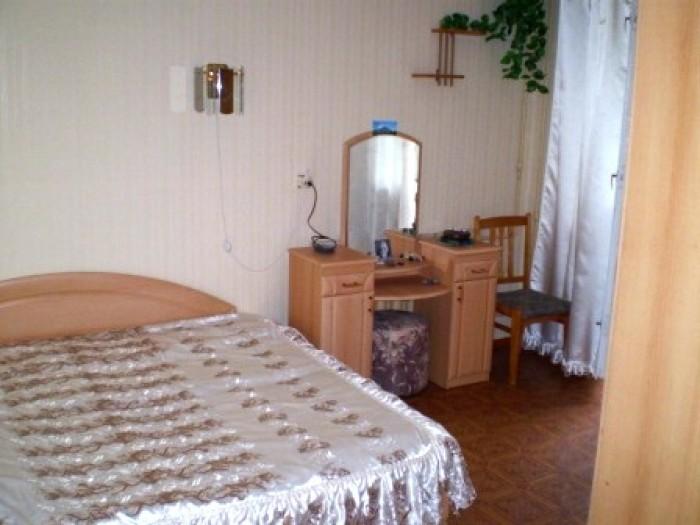 Сдам 3 ком.кв. в Центре города, 2 этаж, есть вся необходимая мебель, холодильник 614179