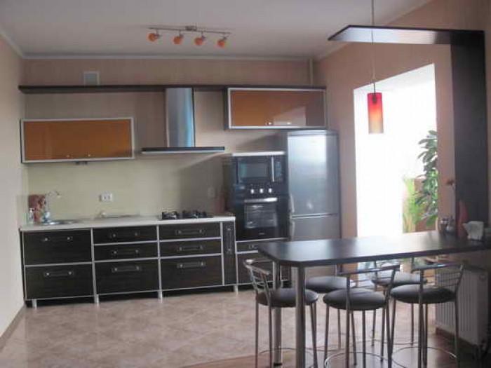 Сдам 2-х комнатную квартиру в центре, возле гостиницы Градецкий. 8/9 кирп., S=75 614793