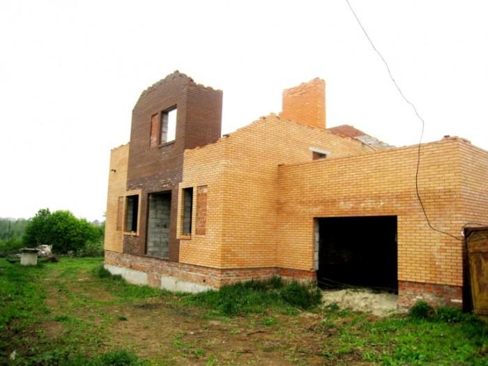 Дом находится в живописном месте в районе Автобани.Недостроенный(без крыши).Обща 622103