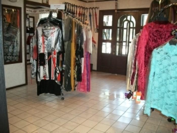 действубщий магазин одежды. три торговых зала,большой кабинет. выход на централь 642575