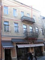 Все окна (+ балкон) выходят на фасад здания (ул.Корзо). 642327