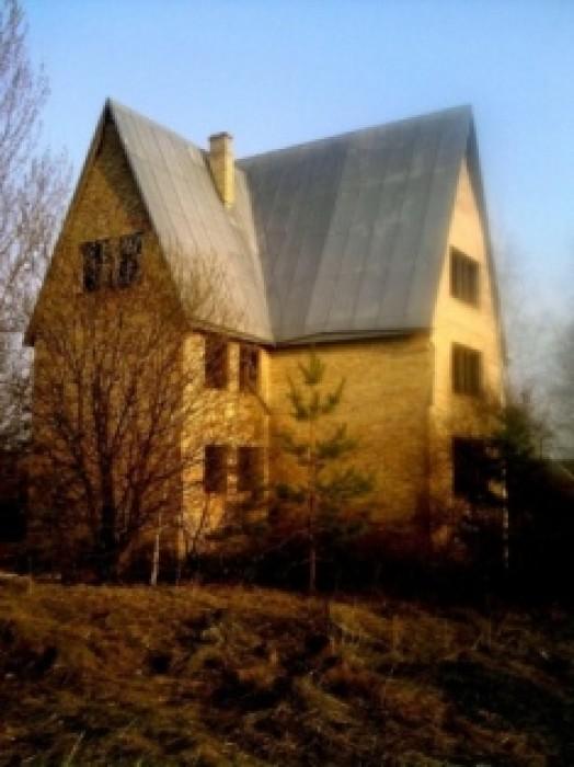 Продаётся недорого кирпичный дом (только коробка) укрытый оцинкованным железом о 622816