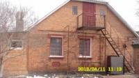 Дом деревянный, обложенный кирпичом, крыша - шифер (высокая). Усадьба ограждена  623130