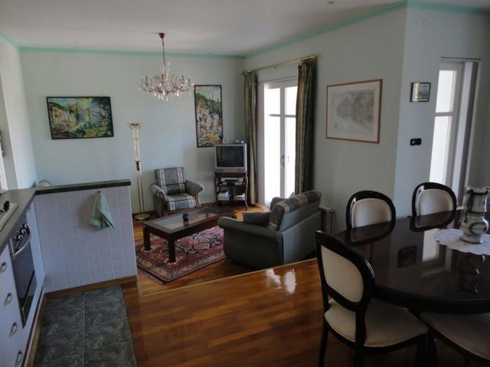 Продается роскошно отделанная меблированная трехкомнатная квартира в красивом тр 617776