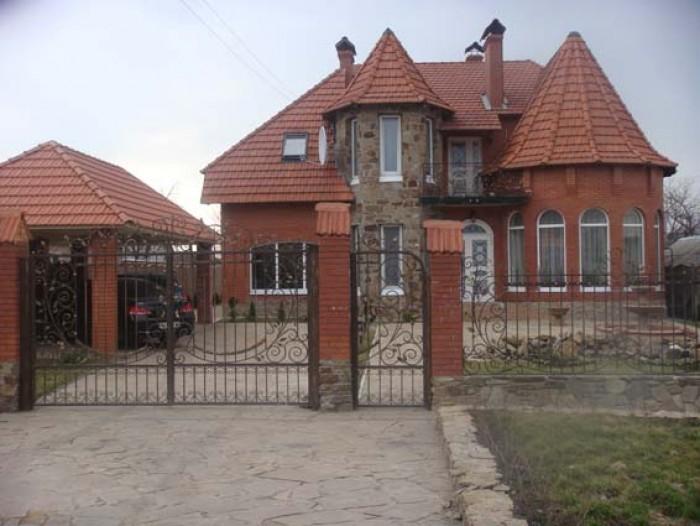 В связи с выездом продам дом в центре Луганска. Подъезд к дому асфальтированный. 623433