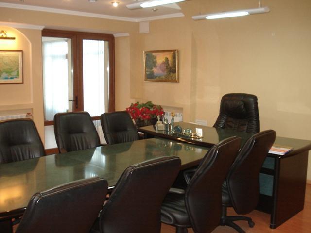 Офис в Киеве с земельным участком