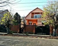 Продам дом в центре Мукачево 264 кв.м. большой двор земельный участок.